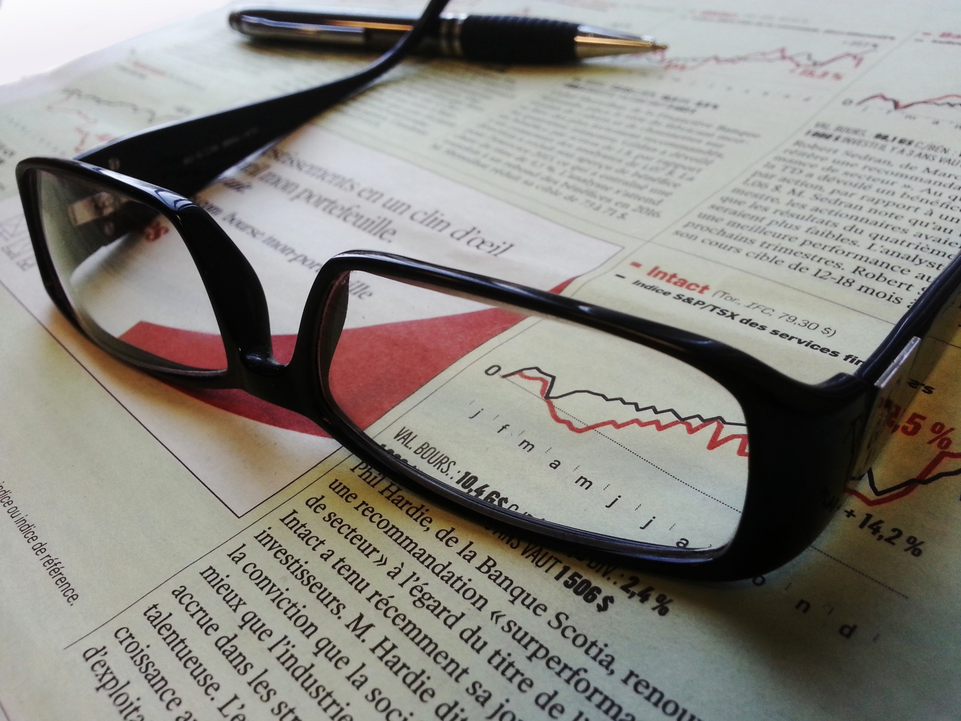glasses-and-pen-on-a-newspaper